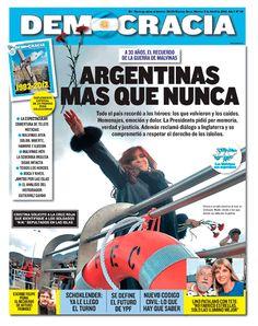 Cristina Fernández arrojando claveles al mar. La foto que eligieron la mayoría de los medios luego del aniversario de Malvinas.