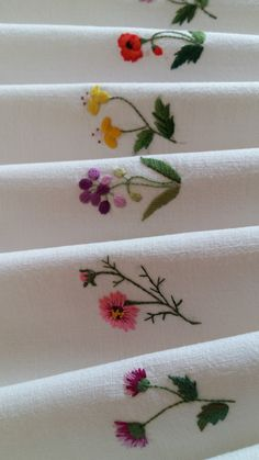 sewing and embroidery Handkerchief Embroidery, Floral Embroidery Patterns, Embroidery Flowers Pattern, Embroidery Works, Hand Embroidery Stitches, Hand Embroidery Designs, Diy Embroidery, Machine Embroidery, Brazilian Embroidery