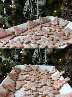 Biscuiti cu scortisoara si glazura de lamaie/ Cinnamon cookies with lemon glaze Cinnamon Cookies, Xmas, Christmas, Glaze, Biscuits, Lemon, Food And Drink, Sweets, Table Decorations