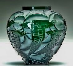 So strongly Deco - so different from the sinuous curves of Art Nouveau but equally gorgeous. Rene Lalique Art Deco 'Courlis' vase, deep green glass with whitish patina, circa Art Of Glass, Art Deco Glass, Cut Glass, Art Nouveau, Glass Ceramic, Ceramic Art, Art Deco Schmuck, Lalique Jewelry, Art Deco Design