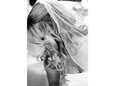 Penteados com cabelos cacheados pedem véus mais leves