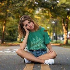 Teen Poses, Senior Girl Poses, Girl Senior Pictures, Senior Picture Poses, Poses For Photoshoot, Senior Photos, Pic Pose, Pictures Of Girls, Senior Picture Clothes