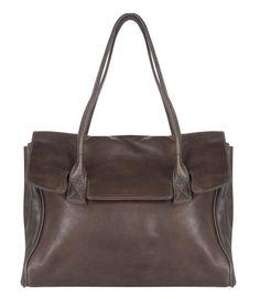 Deze Sheffield tas van Cowboysbag is een tijdloos model die altijd van pas zal komen. De tas zal nooit misstaan; draag hem stoer bij je jeans of elegant bij een zakelijke outfit met pumps (€139,95)