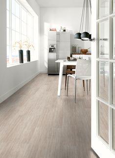 De Novilon pvc stroken in de tint 'warm zandsteen' (S67356) geven de vloer en het interieur een zachte en warme uitstraling. De neutrale kleur van zand in huis zorgt ervoor dat je eindeloos kunt combineren met lichte of donkere meubelen voor een landelijke of warmere sfeer met toch een basic uitstraling. Door de horizontale stroken lijkt de vloer de kamer te verlengen, wat bijvoorbeeld goed past in de keuken of woonkamer.