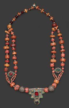 Collier, Anti Atlas occidental à double rang de perles de corail et d'ambre alterné par de petites perles en argent, à pendentif triangulaire en argent rehaussé d'émail bleu, vert, jaune, et cabochon de verre rouge