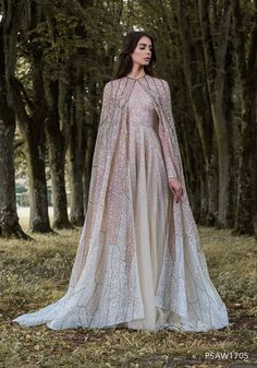 For an enchanted forest a fairytale wedding dream dress from the haute couture collection, Gilded Wings of Paolo Sebastian is what you need, don't you think? Wedding gown of Paolo Sebastian and photo by Simon Cerere. Look Gatsby, Fantasy Gowns, Fantasy Wedding Dresses, Wedding Gowns, Cape Dress, Mode Outfits, Beautiful Gowns, Dream Dress, Pretty Dresses