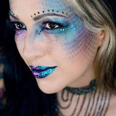 Make de Sereia Dark para o Carnaval. Usei o pigmento multichrome q tenho para fazer esmaltes (pigmento nível cosmético q serve para make também). Esse pigmento imita mancha de óleo, aqui no Brasil a Ludurana usou no esmalte Show há alguns anos atrás e a Hits usou no Cutie Pie. O esmalte é o Sulley da Dance legenda.  #mermaidmakeup  #maquiagemsereia #mermaid #darkmermaid #maquiagemcarnaval #carnivalmakeup #maquiagemartistica #artisticmakeup #sereismo