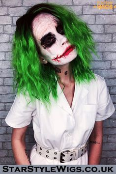 Joker Wig Super cool character wig with an edgy fashionista design. The female version of The joker persona has become popular of late with cosplayers and costume enthusiasts, owing to its bold colou. Halloween Kostüm Joker, Halloween Makeup Looks, Creative Halloween Costumes, Halloween 2020, Joker Make-up, Funny Joker, Movie Makeup, Fantasias Halloween, Character Makeup