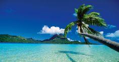 Bora Bora (Polinésia Francesa): Bora Bora é um dos principais destinos de um dos mais idílicos e isolados lugares do planeta: o arquipélago da Polinésia Francesa. Na paisagem, montanhas sinuosas e uma orla que, protegida por barreiras de corais, é banhada por um mar calmo, raso e cristalino. Um local perfeito para casais em lua de mel
