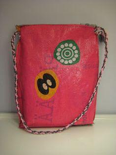 HAAGAKÄSSÄÄ: 5. luokkalaisten muovipussisulatus-töitä ja ohje muovipussisulatukseen Shoulder Bag, Crafts, Bags, Craft Ideas, Handbags, Manualidades, Shoulder Bags, Handmade Crafts, Craft