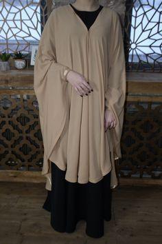 Chic beige long khimar, qui éventuellement peut être transformé en une Cape. Il est un musulman kimonos de mousseline de crêpe sur le devant et s'attache aux poignets, fermés sur le dessus comme un bandana. Vêtements élégants pour ceux qui veulent être belle et couvert. Ce hijab chic Niqab Fashion, Modesty Fashion, Muslim Fashion, Fashion Outfits, Habits Musulmans, Hijab Chic, Mode Abaya, Abaya Designs, Hijab Fashion Inspiration