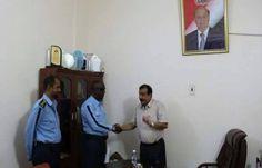 اخبار اليمن : محافظ حضرموت يكرم شرطي المرور عبدالله باعشن ويقدم له منحة مالية تقديرا لانضباطه