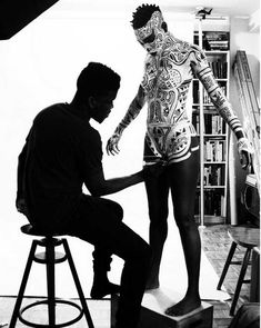 The Nigerian artist, Laolu Senbanjo , having studied law and practiced as a lawyer, turned to the creative arts and music. With designs inspired by traditional art Yoruba , it quickly became famous in the New York art world. He draws ethnic forms in black and white or colored, first on the city walls and on the skin of mannequins . Sense of justice and equality, Laolu introduced in his works signs that recall the commitment of the artist to true social justice, fighting to feminists, the…