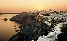 Eat well in Santorini with the perfect meal for every craving. From fine dining to casual restaurants, discover the best places to eat in Santorini. Cruise Travel, Solo Travel, Travel Europe, Santorini Travel, Santorini Greece, What To Pack, Travel And Leisure, Greek Islands, Paisajes