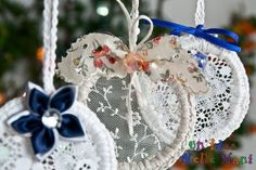 Natale fai da te: addobbi e decorazioni natalizie eco-chic, facili, veloci ed economiche, realizzate solo con materiali di recupero. Homemade Ornaments, Diy Christmas Ornaments, Christmas Balls, Christmas Decorations, Holiday Decor, Handmade Decorations, Merry Xmas, Fabric Flowers, Handicraft