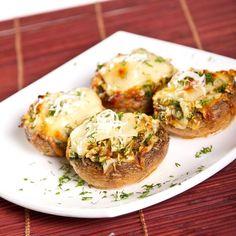 POTŘEBNÉ PŘÍSADY Toustovy chleba 1 zakysana smetana 1/2 hrnku mleka 150g sunky nakrajene na malicke kosticky 150g strouhaneho syra 150g nastrouhane nivy 5 vajec bylinky