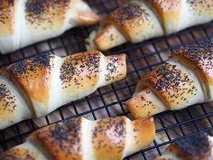 Samarbeid med Melange Som du kommer til å lese litt lenger ned så har jeg ferskgjæren rett i melet. Du trenger altså ikke røre gjæren ut i den lunkne væsken. Siden du skal elte alt sammen i 10 minutter så vil gjære få nok varme fra både væsken og kjøkkenmaskinen til at deigen vil heve … Hot Dog Buns, Bagel, Pork, Bread, Vegan, Basil, Kale Stir Fry, Brot, Baking