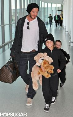 David Beckham travel style He's such a hot dad❤️ Victoria And David, David And Victoria Beckham, David Beckham Style, Louis Vuitton Keepall 45, The Beckham Family, Harper Beckham, Brooklyn Beckham, My Guy, Baby Pictures
