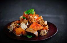 Botterskorsies (Butternut) is 'n veelsydige groente en vir my van onskatbare waarde. Vir slaaie is die natuurlike soetheid van botterskorsies met 'n droë hitte gaarmaakmetode die perfekte manier om dit navore te bring. Dan ook al die nutriënte wat behoue bly is nog 'n verdere plus punt. Veggie Dishes, Side Dishes, South African Recipes, Ethnic Recipes, Vegan Food, Vegan Recipes, Cook Up A Storm, Feta, Sweet Potato