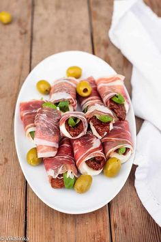 DIY-Finger-Foods-how-to-make a prosciutto-caprese-parcel-appetizer