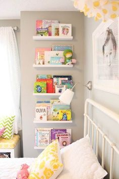 Leuk idee voor de kinderboeken in deze kinderkamer! Deze boeken nodigen zo natuurlijk wel uit om lekker veel te lezen!
