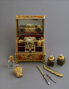 Vanity and writing case, attributed to James Cox workshops, c. 1760-1770. Gold and imitation agate