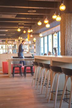 LE MABILAY resto & coffee shop - Architecture par l'agence LABEL ETUDES Coffee Shop, Restaurant, Bar, Architecture, Table, Furniture, Home Decor, Coffee Shops, Arquitetura