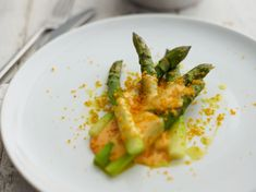 Created by Australian multi-award winning chef, author and restaurateur, Skye Gyngell, this starter of beautifully steamed asparagus is balanced perfectly by the rich hollandaise and salty bottarga Vegetarian Starters, Spring Recipes, Food Inspiration, Green Beans, Broccoli, Author, Treats, Fresh