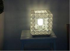 lampada da tavolo fatta con tappi di plastica