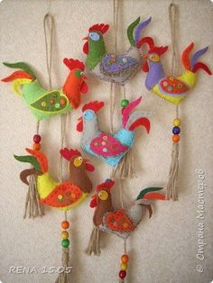 Rooster ornaments are forgotten, but beautiful and elegant Christmas decorations that bring a nostalgic mood and vibrant colors to winter holiday decor. Bird Crafts, Easter Crafts, Felt Crafts, Diy And Crafts, Fabric Birds, Felt Fabric, Fabric Dolls, Felt Christmas Decorations, Felt Christmas Ornaments