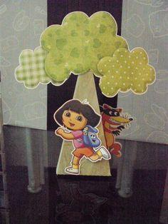 Duas opções lindas de enfeite de mesa! Cone árvore ou Balão. Esses foram feitos com o tema da Dora Aventureira, mas pode ser feito em vários temas! Dentro do cone que é tronco da árvore vc pode colocar guloseimas, e na cestinha do balão também! Vai desmontado, mas é super fácil a montagem. Pedido mínimo 10 peças. OBS.: Especificar no pedido qual dos enfeites vai querer. R$ 6,00
