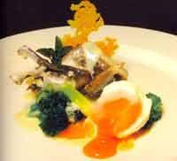 Banquete de tórtola con licor de nueves y huevo escalfado en agua de hierbabuena - Cocina extremeña. Gastronomía de Extremadura - RedExtremadura.com