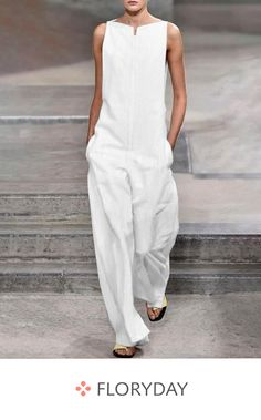 The solid color jumpsuits with sleeveless is perfect for girls who want be in casual in summer. jumpsuit casual,jumpsuit outfit work,how to wear jumpsuit,casual jumpsuit outfit fall Mode Outfits, Fashion Outfits, Overalls Fashion, Fall Outfits, Fashion Trends, Casual Jumpsuit, Black Jumpsuit, Jumpsuit Outfit, Romper Pants