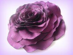 Růže fialovovínová. Saténová růže.Krásný a elegantní doplněk pro romantické a moderní ženy a dívky.Zářivost růže doplní šaty,sako,halenku.Nebo může Vám posloužit i jako ozdoba do vlasů.Připínání připevním na přání(sponu nebo brožový můstek). Průměr broži 9-10 cm.