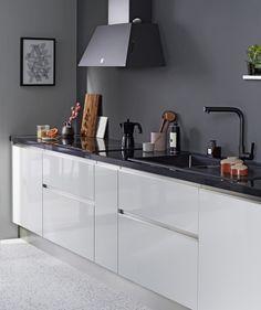 Et si vous optiez pour une cuisine sans éléments hauts pour dégager de l'espace ? On adore l'effet visuel de cette cuisine jouant sur le contraste du noir et du blanc ! /// #cuisinenoiretblanc #cuisineblanche #cuisinenoire #cuisinemoderne #macuisineideale2019 #lapeyre Cuisines Design, Kitchen Interior, Buffet, Sweet Home, Cabinet, Storage, Table, House, Design Moderne