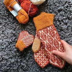 Av Elin Åkelius, Växjö Inspirationen kommer lite här och där i från när jag ritar mönster, mest från naturen och gammal sticktradition. Just i detta fall var jag sugen på något med löv efter att ha… Fall Knitting, Fair Isle Knitting, Knitting Stitches, Knitting Socks, Knitting Patterns, Knitted Mittens Pattern, Crochet Mittens, Knitted Gloves, Knit Crochet