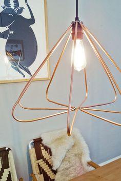 DIY: Geometrische lamp van koperen buizen - Roomed | roomed.nl