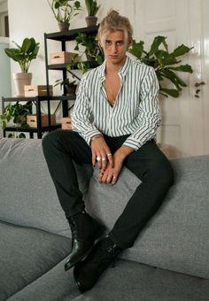 Ein gestreiftes Hemd darf in keinem Kleiderschrank fehlen. Theo tärgt sein weiß-petrol gestreiftes Hemd mit einer scharzen Hose und schwarzen Stiefeletten. Ein cooler Look, der einfach zum Nachstylen ist und immer cool aussieht.