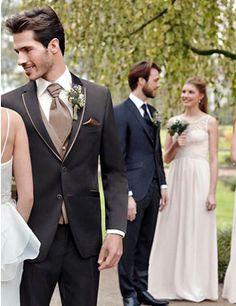 Edler, brauner Anzug von WILVORST für den Bräutigam.