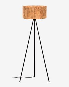 Original por su pantalla redonda y su material, en la superficie del corcho no se acumula electricidad estática, por lo que no existe la manera de atraer y absorber el polvo. Por lo que las superficies de corcho son muy fáciles de limpiar. También puedes tener la lámpara de sobremesa Shaden a conjunto.