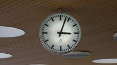Eine Uhr am Flughafen in Lissabon. (Deutschlandradio / Ellen Wilke)