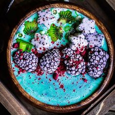 Blue spirulina smoothie bowl by Alena Haurylik Blend together 3 frozen bananas, cup of almond (or any) milk . When well blended ,add teaspoon of spirulina powder and blend again until smooth. Vegan Smoothies, Smoothie Recipes, Breakfast Bowls, Breakfast Fruit, Vegan Breakfast, Breakfast Smoothies, Smoothie Bowl, Junk Food, Love Food