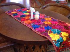 Artesanía Chiapaneca. Camino de mesa. Flores bordadas.  www.yolte.com.mx