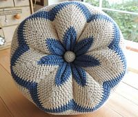 crocheted pillow Crochet Cushion Pattern Free, Crochet Cushions, Crochet Pillow, Afghan Crochet Patterns, Baby Knitting Patterns, Knitting Yarn, Crochet Baby, Knit Crochet, Crochet Home Decor
