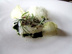 Squid and green strawberry, cream and dill Nordic Recipe, Modernist Cuisine, Plate Presentation, Savarin, Time To Eat, Molecular Gastronomy, Great Recipes, Recipe Ideas, Different Recipes