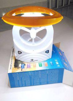 ĐÈN QUẠT 3 IN 1 LH 5570 CÓ PIN - SẠC ĐIỆN 220V Giá: 160k Mua hàng 0906.87.83.86 - Thiết kế thông minh, nhỏ gọn, giúp dễ dàng tháo rời và vệ sinh. - Quạt sử dụng đèn LED tiết kiệm điện, thân thiện môi trường, quạt có 24 đèn LED chiếu sáng - Điện áp: 100v - 250v. - Mỗi lần sạc từ 8-12giờ. Không được sạc quá 15giờ. - Kích thước: 27cm x 18cm x 4cm (chiều cao, chiều rộng, chiều dày đế). - Đường kính vòng quay: 12cm.