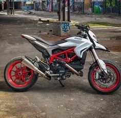 Ducati Hypermotard, Motorcycle Dirt Bike, Moto Bike, Ducati Motorcycles, Cars And Motorcycles, Honda Grom, Motorbike Design, Cafe Racing, Super Bikes