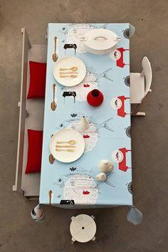 Onszelf Tafelzeil OZ 8000 - Onszelf tafelzeil met grappige tekeningen van vissen en bestek. De tafelzeil collectie van onszelf is gebaseerd op de behang collectie met dezelfde naam. Op de overhang is het logotje van Onszelf te zien.