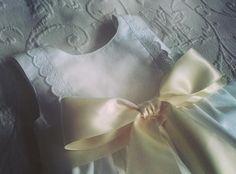 Cueiro branco com bordado Inglês e fita de cetim pérola - White baby dress with cotton eyelet and pearl satin ribbon