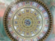 Projeções de imagens de catedrais famosas do mundo tomam conta do interior da Paróquia São Luís Gonzaga, na avenida Paulista.